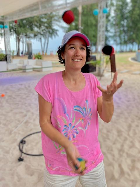 Myrthe juggling on vacation